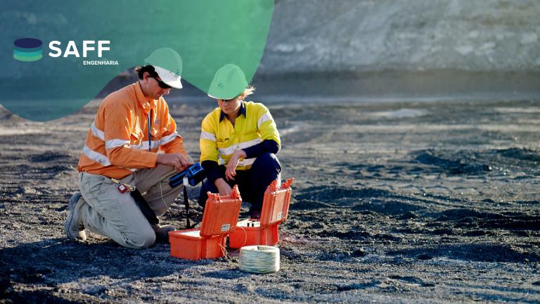 Fotografia de engenheiros trabalhando para ilustrar o monitoramento geotécnico