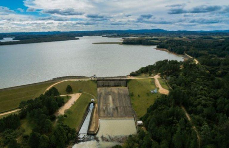 Barragem de concreto com reservatório de água ao fundo para ilustrar a lei de segurança de barragens