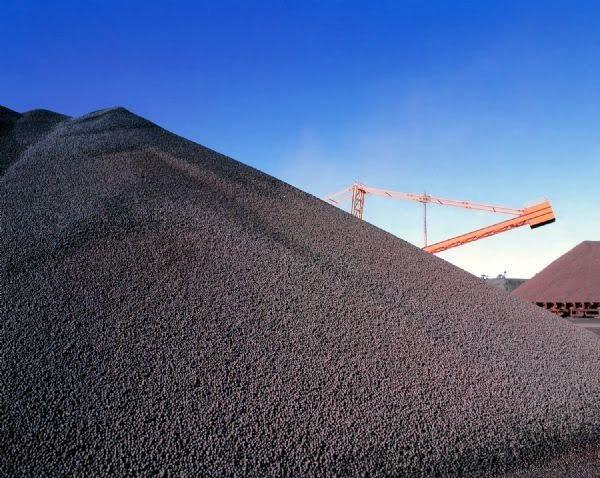 Fotografia de uma pilha de minério de ferro