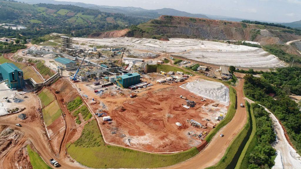 Fotografia aérea de instalações industriais da AMG Mineração.