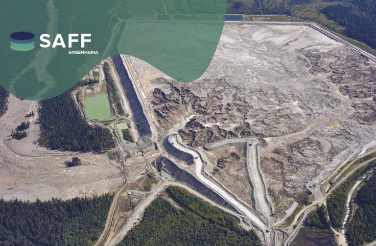 Fotografia aérea de uma barragem de rejeito rompida