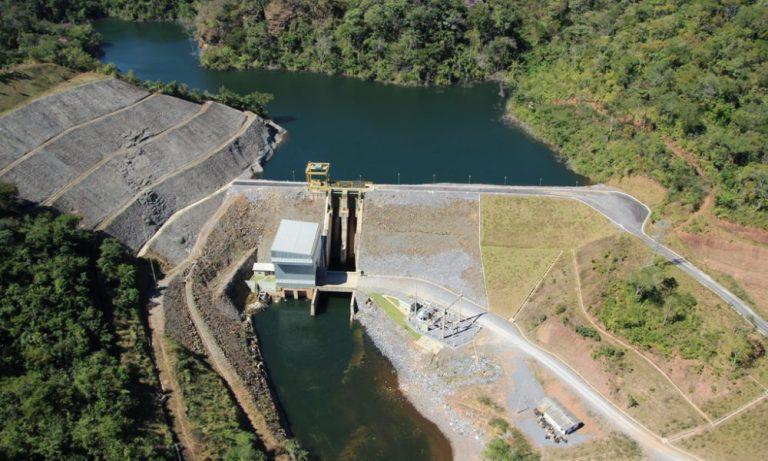 Fotografia aérea de uma pequena central hidrelétrica