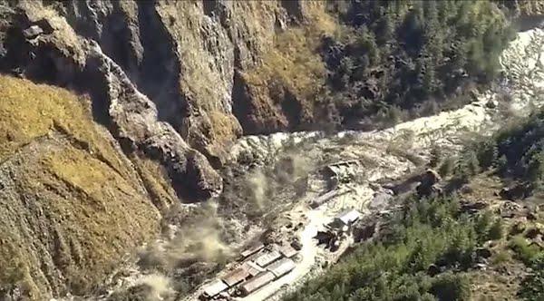 Imagem que representa o rompimento de uma barragem na india