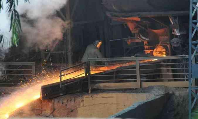 Homem trabalhando com minério de ferro gusa