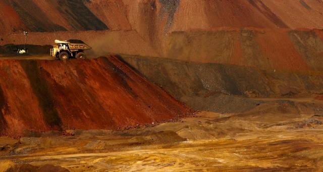 Fotografia de uma mina, em que ilustra da extração do minério de ferro