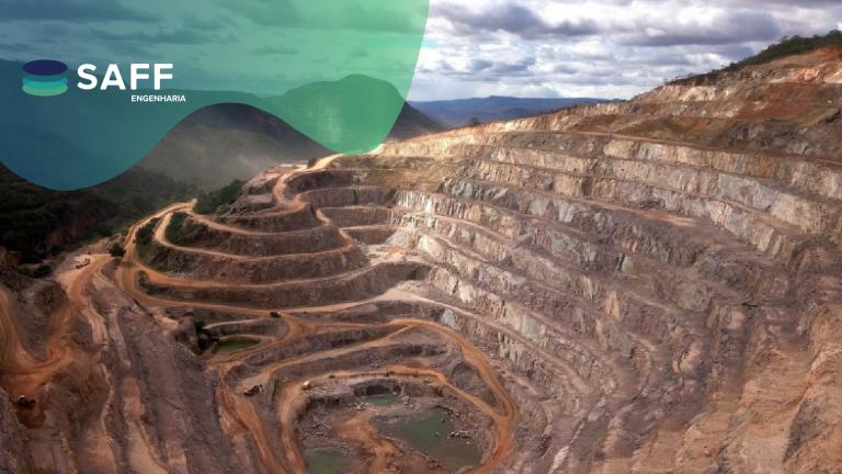 Fotografia de uma lavra (mineração) com o logo da SAFF Engenharia