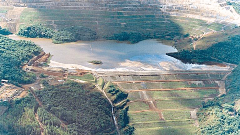 Fotografia aérea de uma barragem a montante