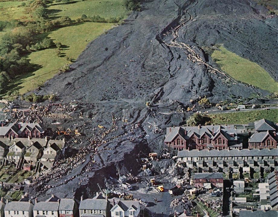 Fotografia do Vilarejo de Aberfan na Inglaterra onde houve o deslizamento da pilha de rejeito